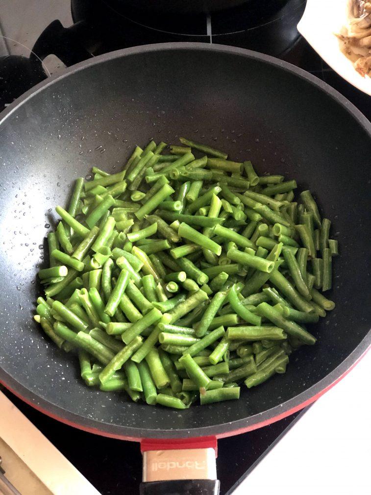 Фото рецепта - Говядина с овощами, грибами и гороховым пюре - шаг 7