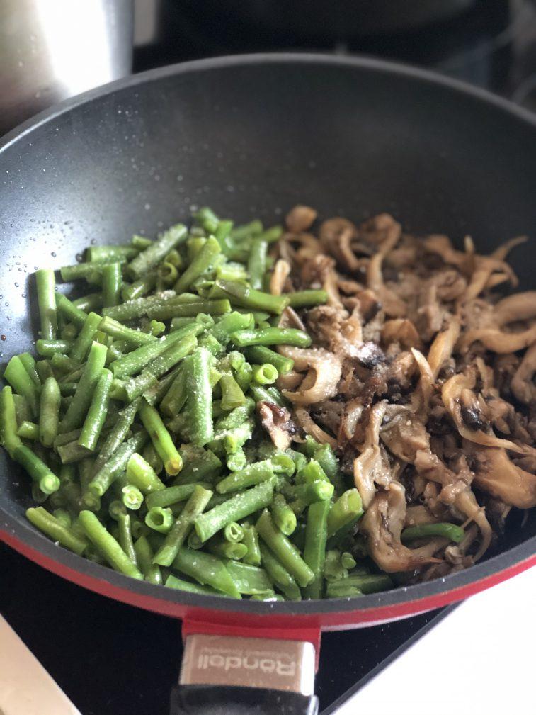 Фото рецепта - Говядина с овощами, грибами и гороховым пюре - шаг 8