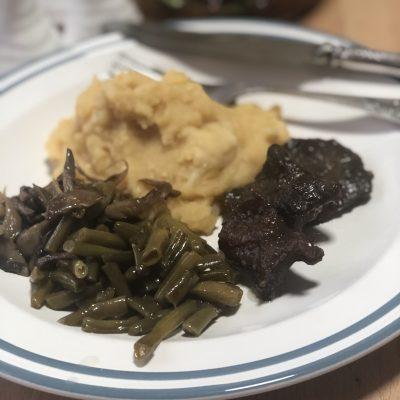 Говядина с овощами, грибами и гороховым пюре - рецепт с фото