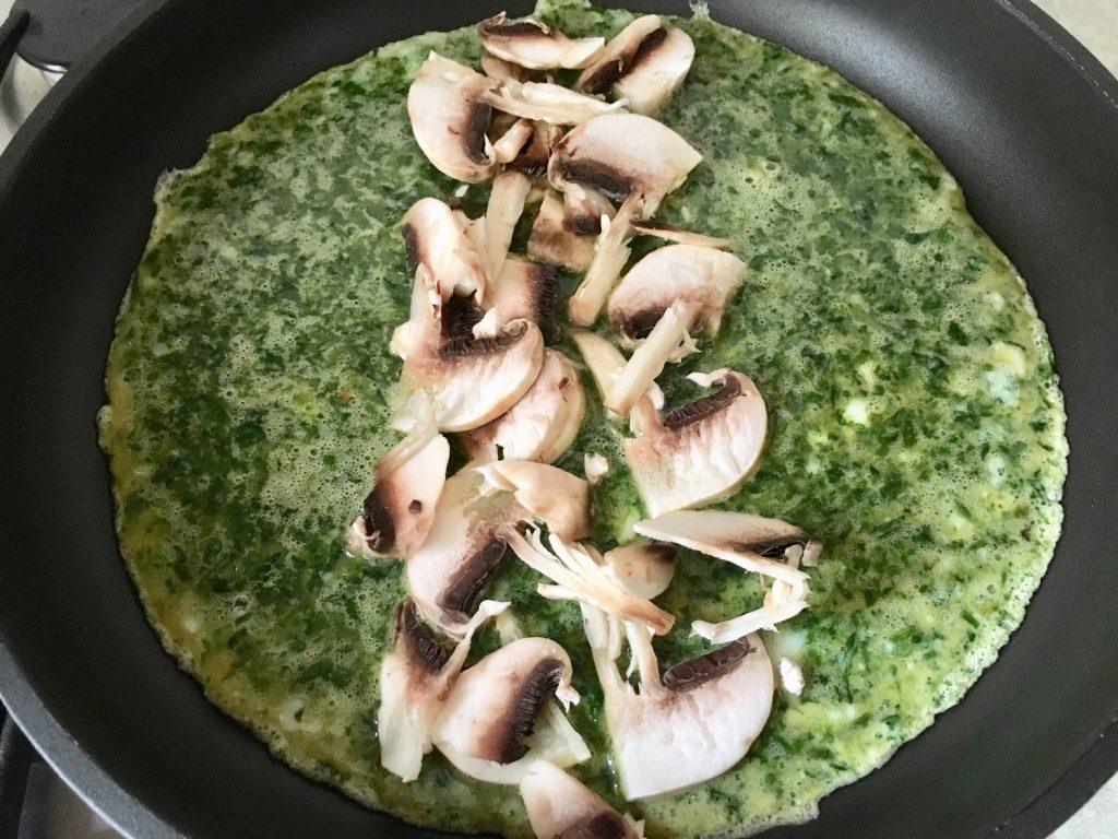 Фото рецепта - Яичница из шпината с сыром и грибами - шаг 3