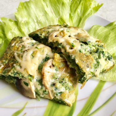 Яичница из шпината с сыром и грибами - рецепт с фото