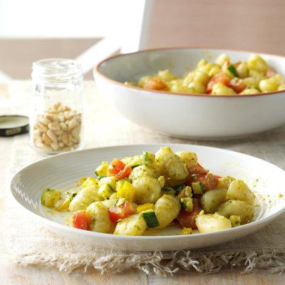 Картофельные ньокки с соусом песто и кабачками - рецепт с фото
