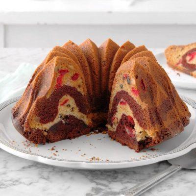 Мраморный пирог на сметане с вишней и шоколадом - рецепт с фото