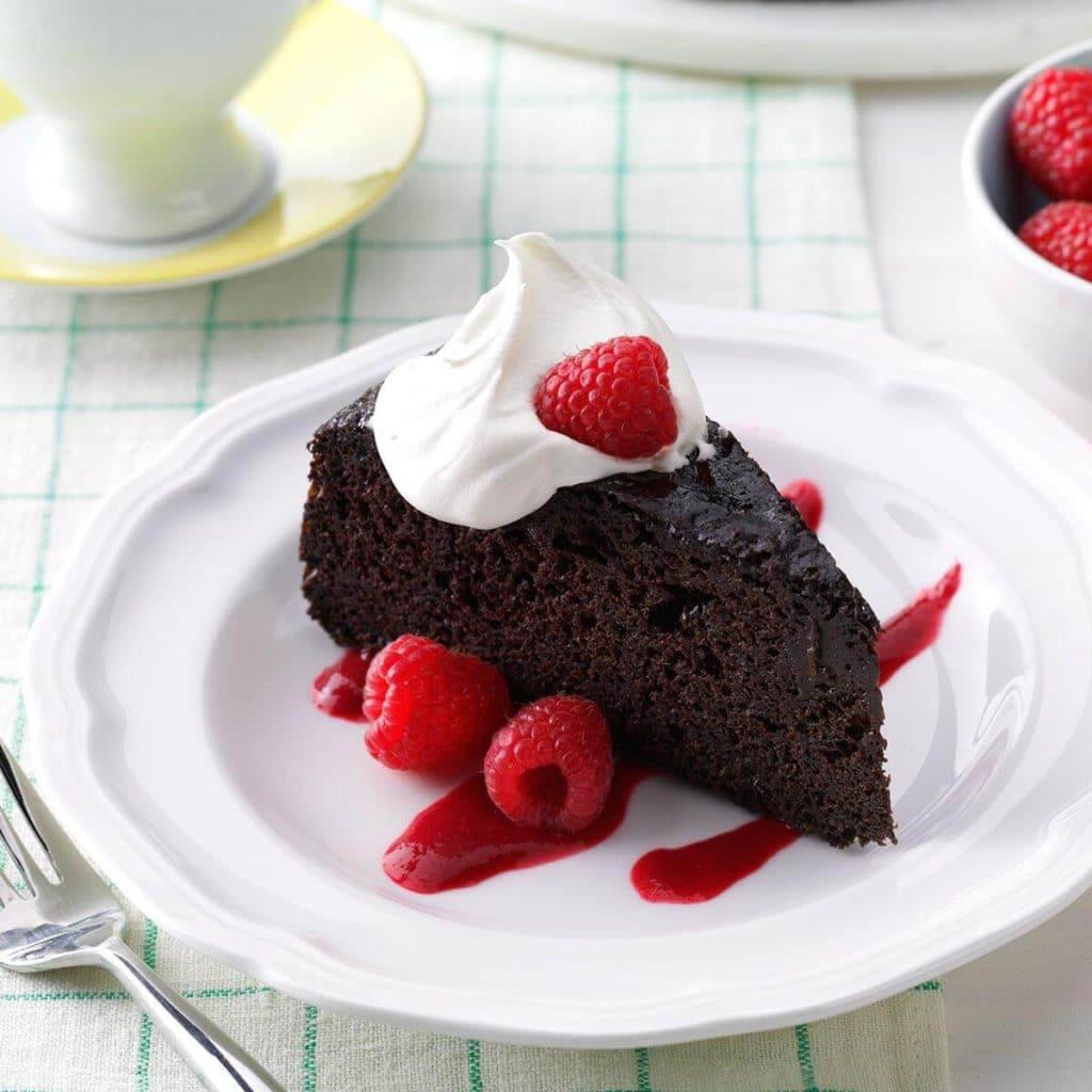 Шоколадный пирог с малиновым соусом