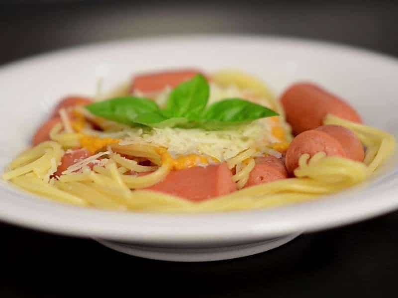 Спагетти с сосисками и томатно-чесночным соусом