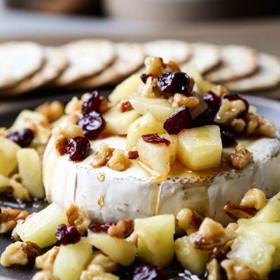 Запеченный сыр Бри с клюквой, орехами и яблоком - рецепт с фото