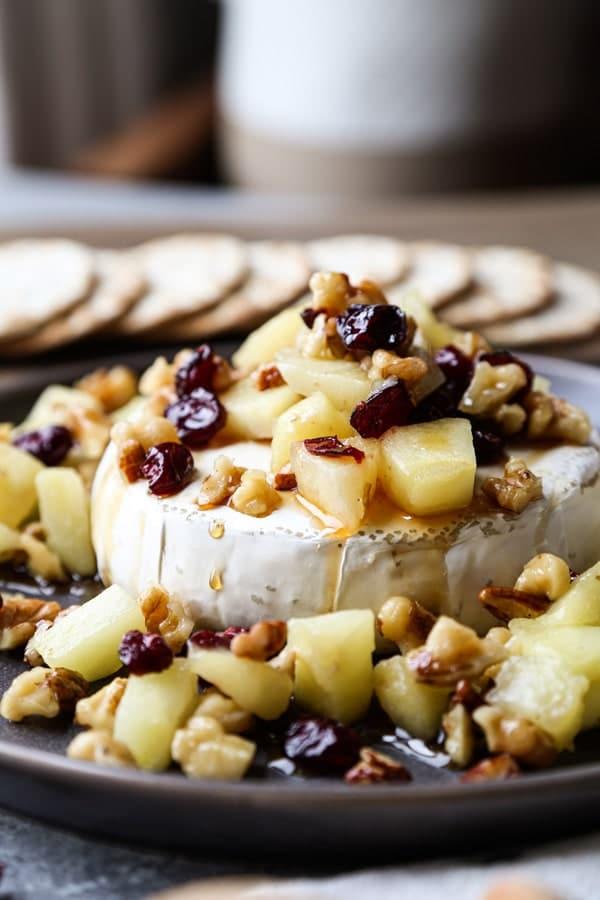 Запеченный сыр Бри с клюквой, орехами и яблоком