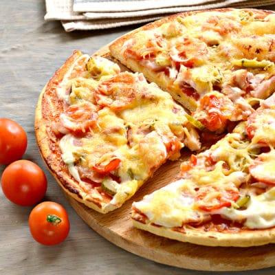 Пицца с копченой курицей, черри, ветчиной - рецепт с фото