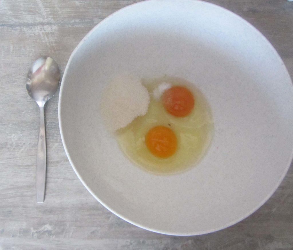 Фото рецепта - Тонкие блинчики на сыворотке (с содой) - шаг 1