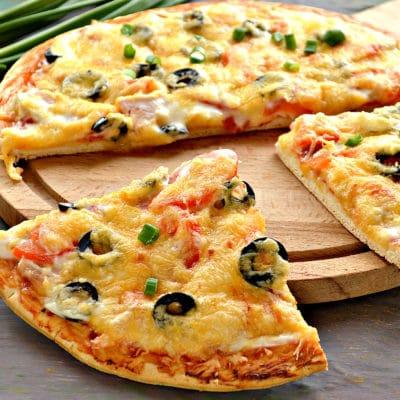 Пицца с маслинами и копченой курицей - рецепт с фото