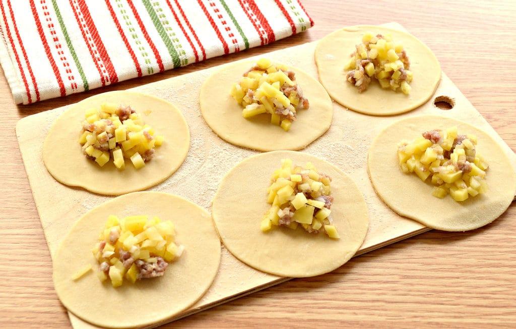 Фото рецепта - Манты «косичкой» с картофелем и фаршем - шаг 2