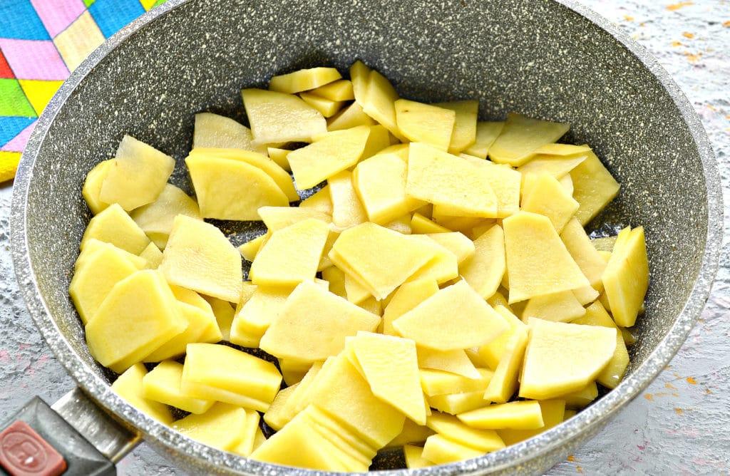 Фото рецепта - Куриная печень с картошкой на сковороде - шаг 2