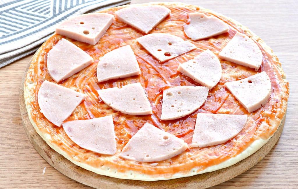Фото рецепта - Пицца с копченой курицей, черри, ветчиной - шаг 2