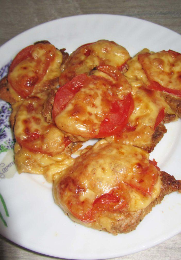 Фото рецепта - Свинина с сыром и помидорами в духовке - шаг 6