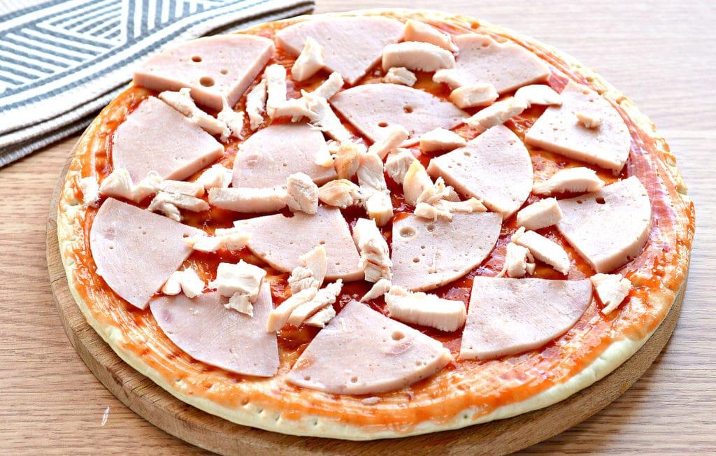 Фото рецепта - Пицца с копченой курицей, черри, ветчиной - шаг 3