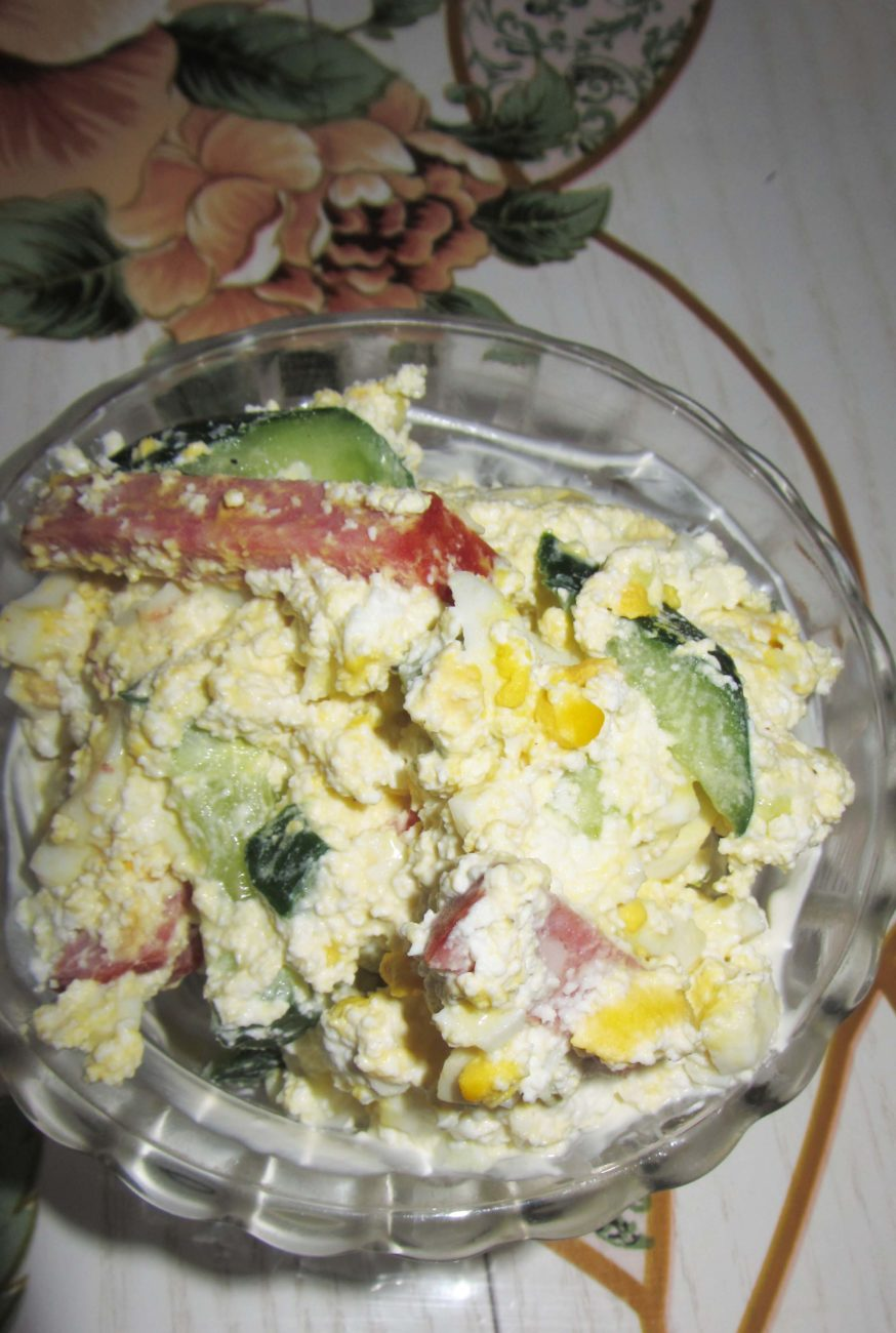 Салат с копченостями, творогом и хреном