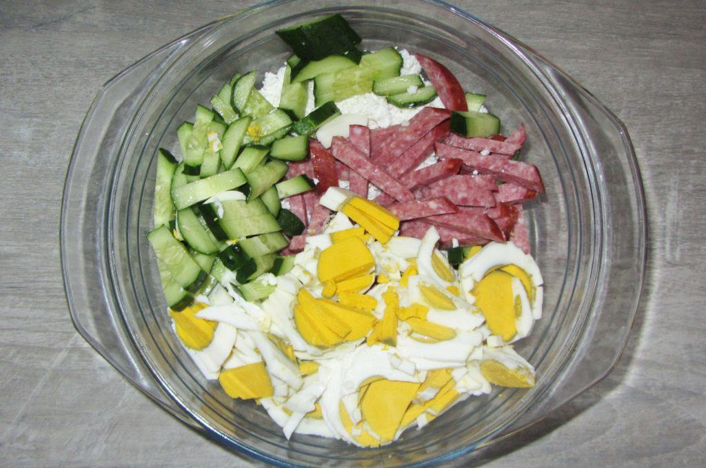Фото рецепта - Салат с копченостями, творогом и хреном - шаг 5