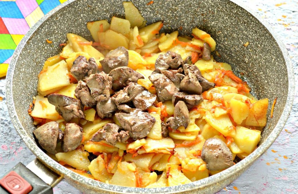Фото рецепта - Куриная печень с картошкой на сковороде - шаг 4