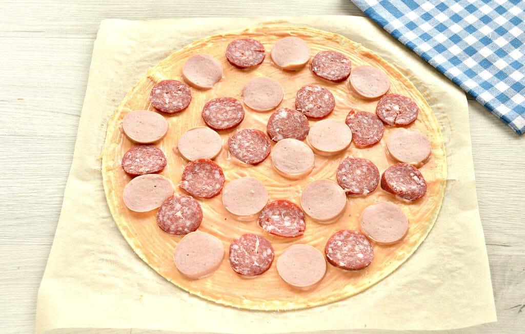 Фото рецепта - Пицца с двумя видами колбасы - шаг 4