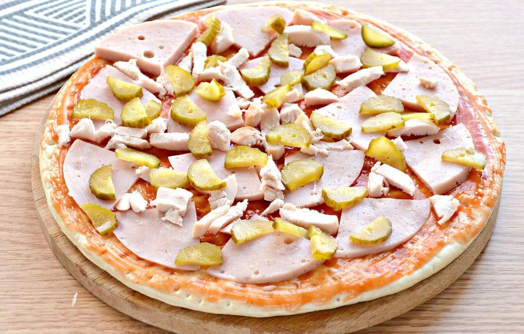Фото рецепта - Пицца с копченой курицей, черри, ветчиной - шаг 4