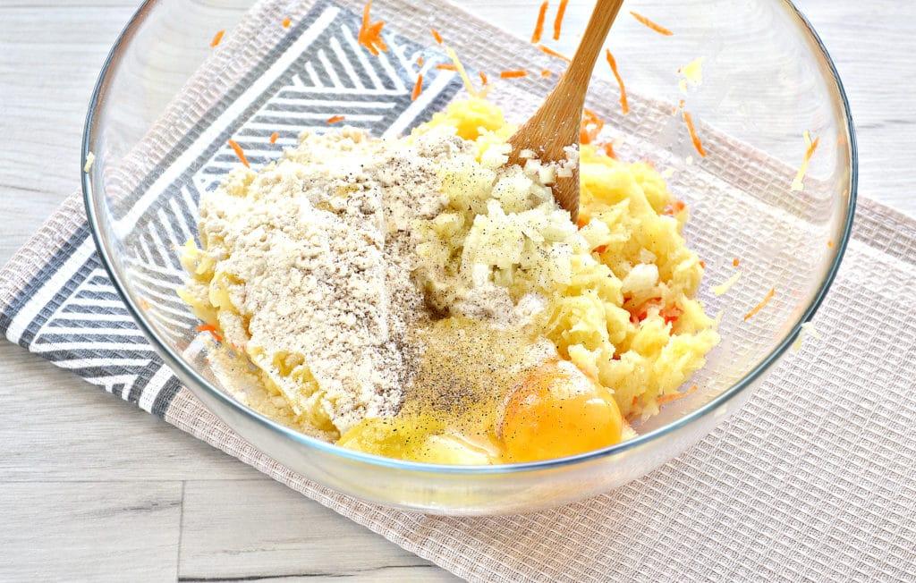 Фото рецепта - Морковно-картофельные оладьи - шаг 4