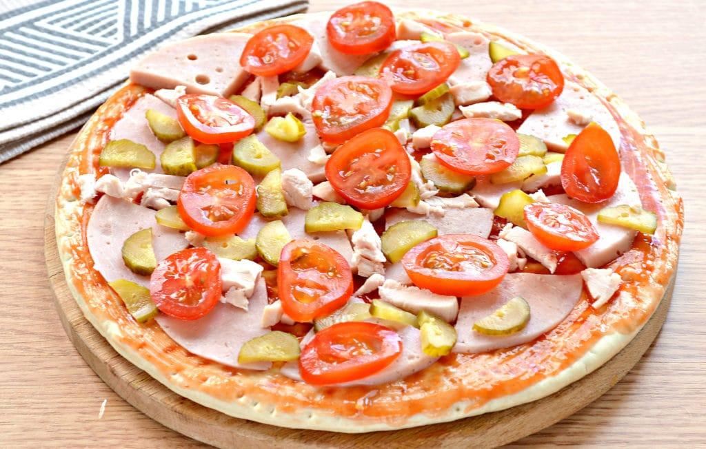 Фото рецепта - Пицца с копченой курицей, черри, ветчиной - шаг 5