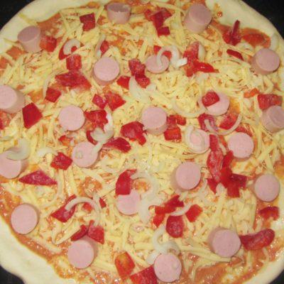 Фото рецепта - Пицца на тонком дрожжевом тесте с колбасой и сыром - шаг 4