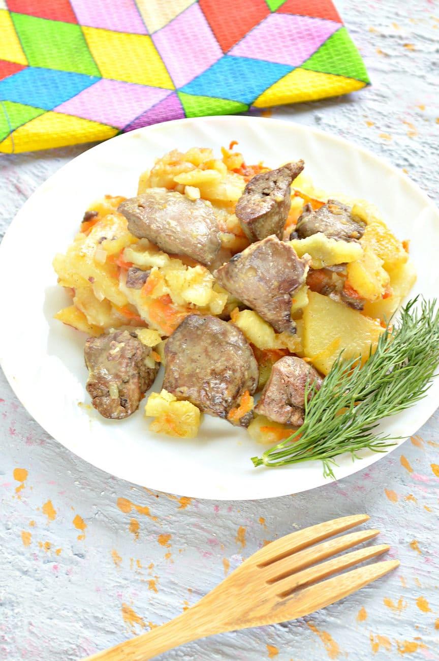 Куриная печень с картошкой на сковороде