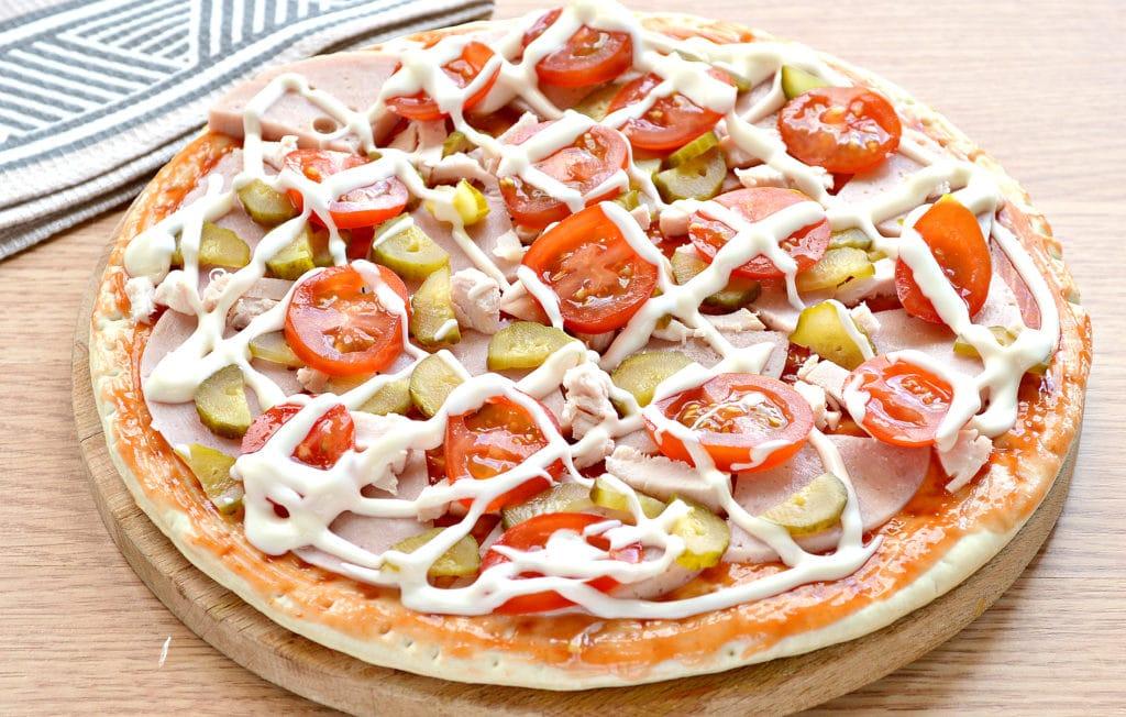 Фото рецепта - Пицца с копченой курицей, черри, ветчиной - шаг 6