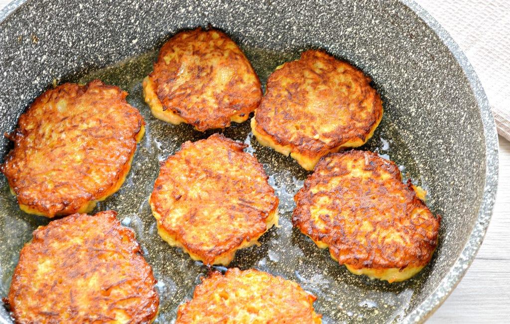 Фото рецепта - Морковно-картофельные оладьи - шаг 6