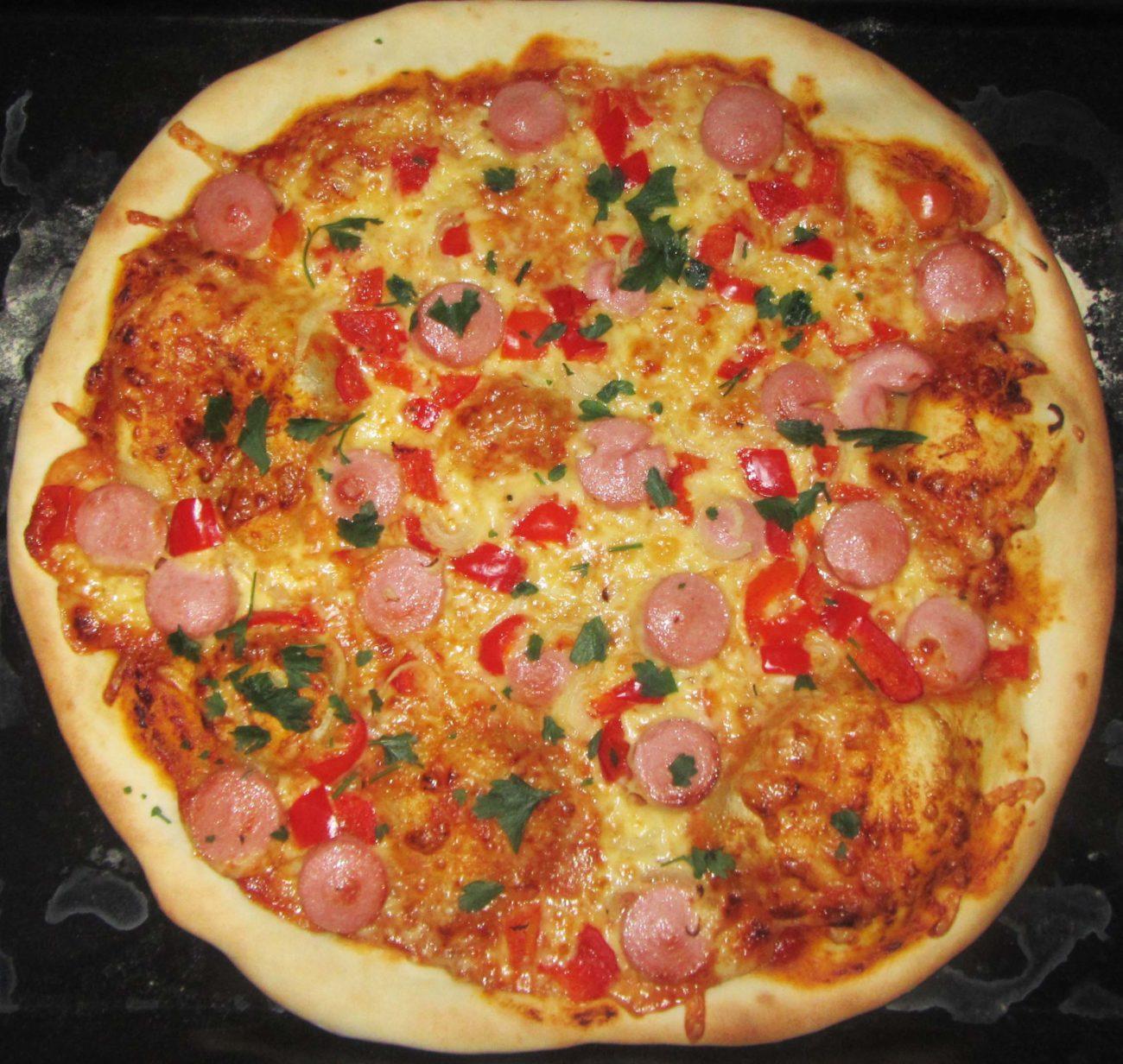 Пицца на тонком дрожжевом тесте с колбасой и сыром