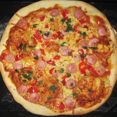 Пицца на тонком дрожжевом тесте с колбасой и сыром - рецепт с фото
