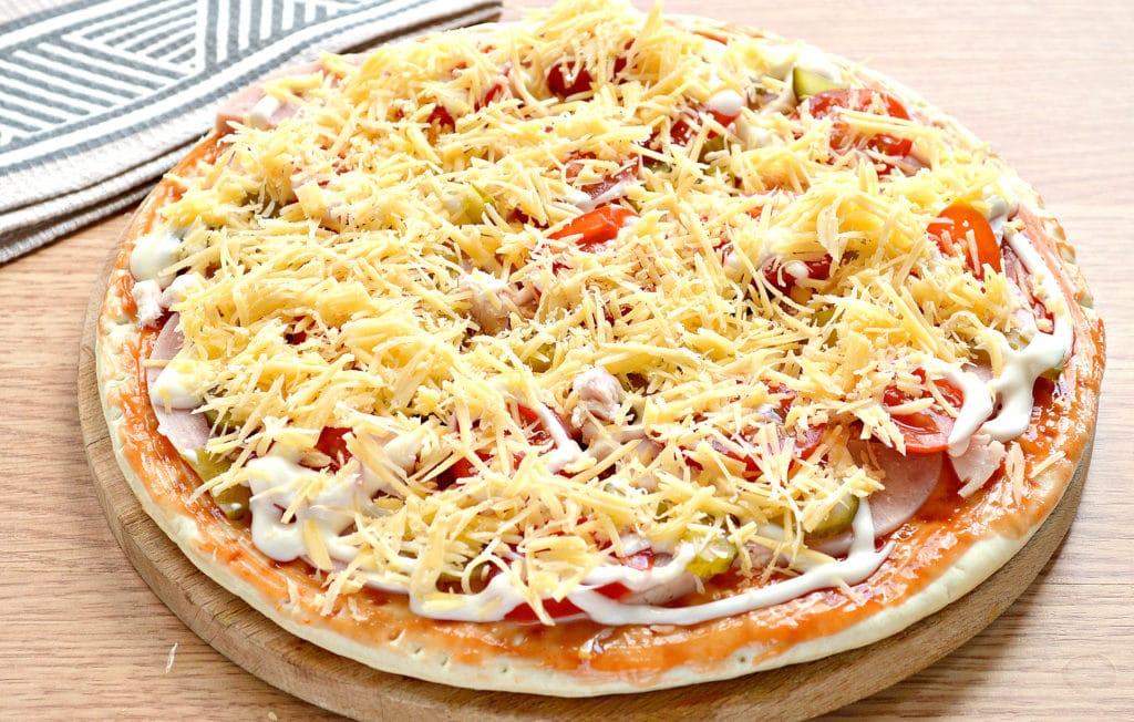 Фото рецепта - Пицца с копченой курицей, черри, ветчиной - шаг 7