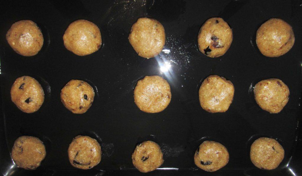 Фото рецепта - Овсяное печенье с орехами, курагой и черносливом - шаг 4