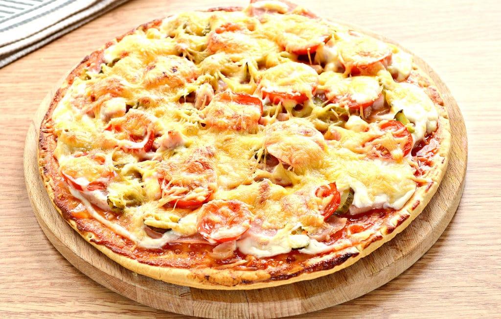 Фото рецепта - Пицца с копченой курицей, черри, ветчиной - шаг 8