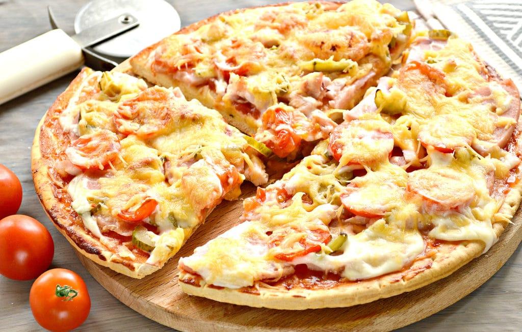 Фото рецепта - Пицца с копченой курицей, черри, ветчиной - шаг 9