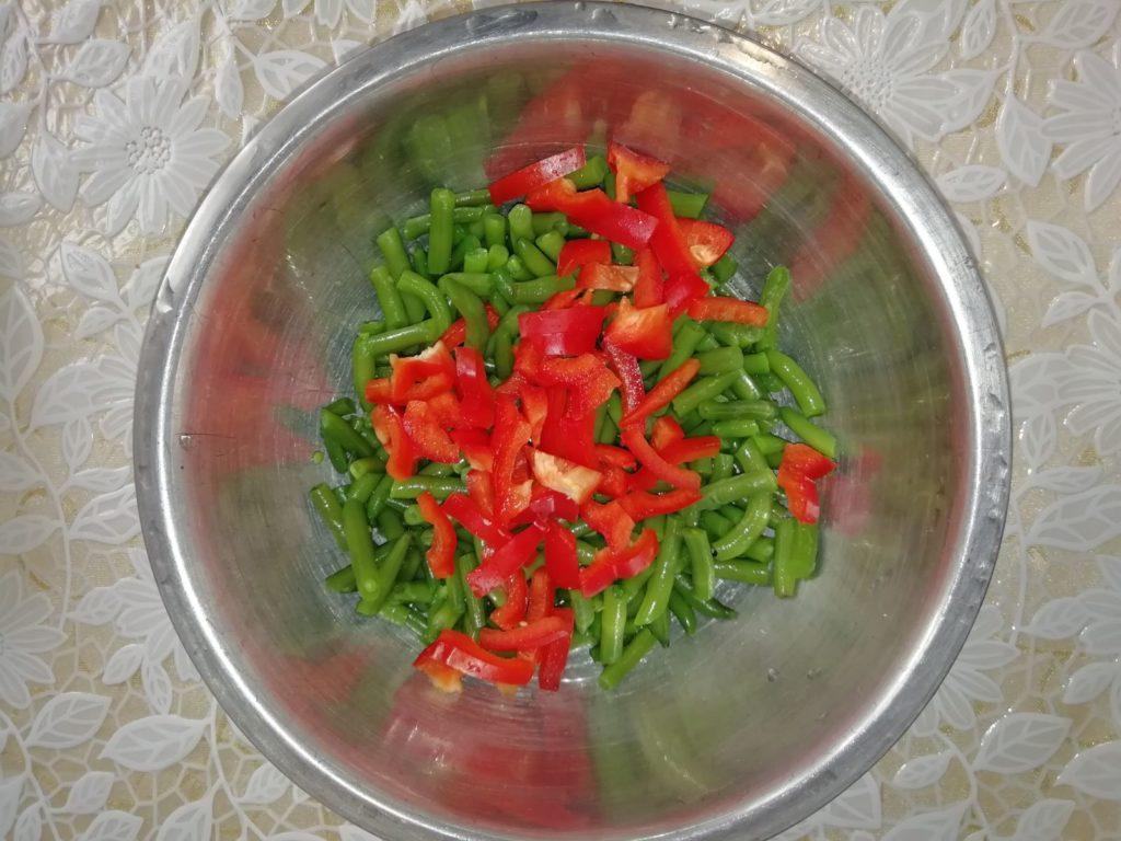 Фото рецепта - Салат из спаржевой фасоли с болгарским перцем и ветчиной - шаг 2
