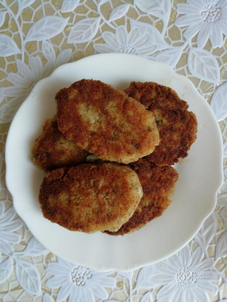 Фото рецепта - Котлеты из рыбных консервов (с рисом и картофельным пюре) - шаг 5