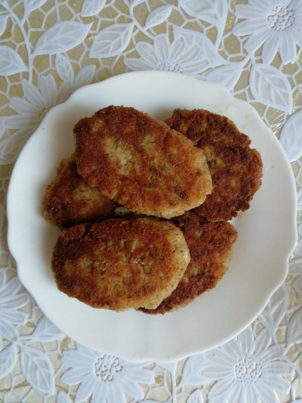 Котлеты из рыбных консервов (с рисом и картофельным пюре)