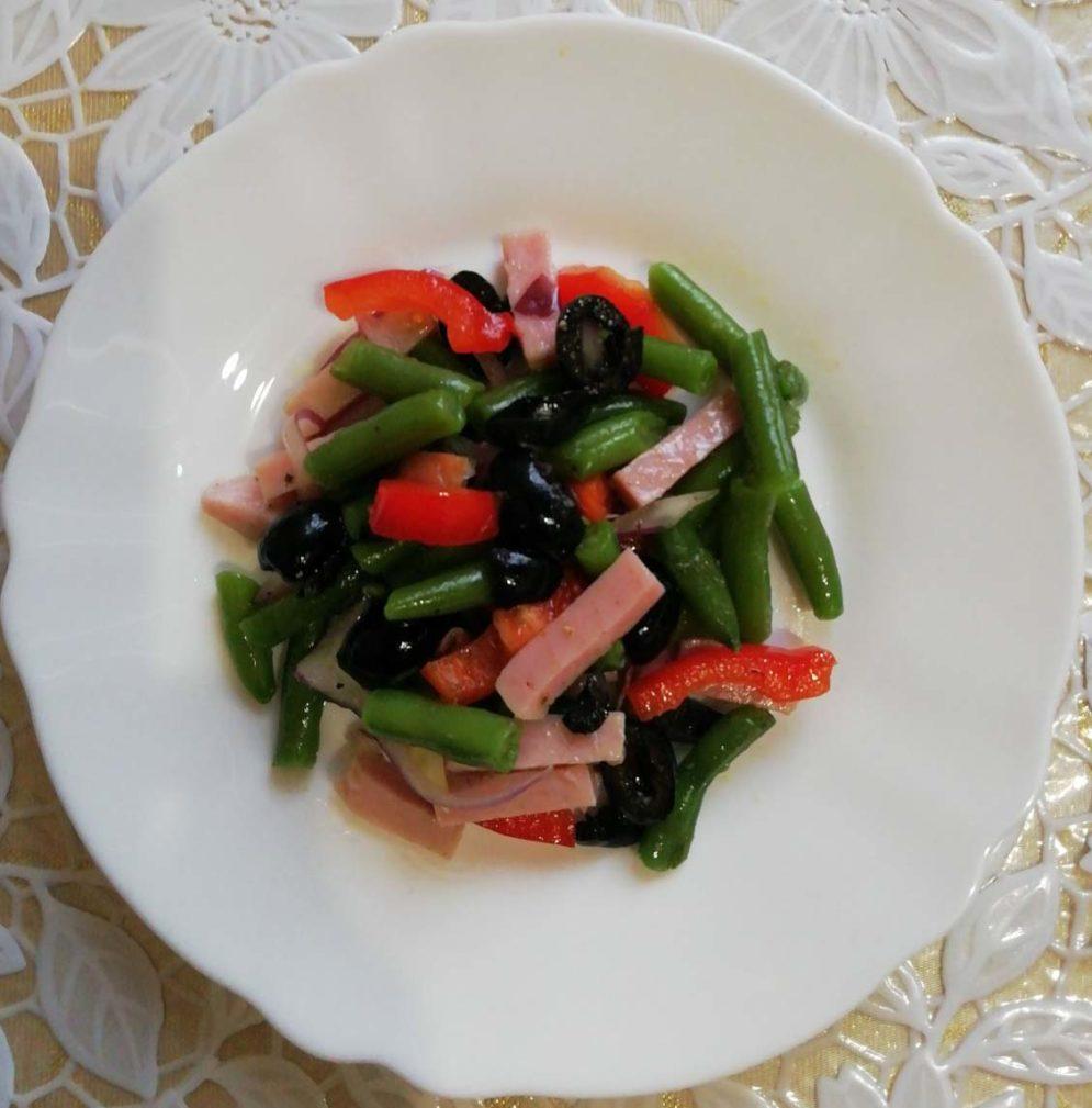 Фото рецепта - Салат из спаржевой фасоли с болгарским перцем и ветчиной - шаг 6