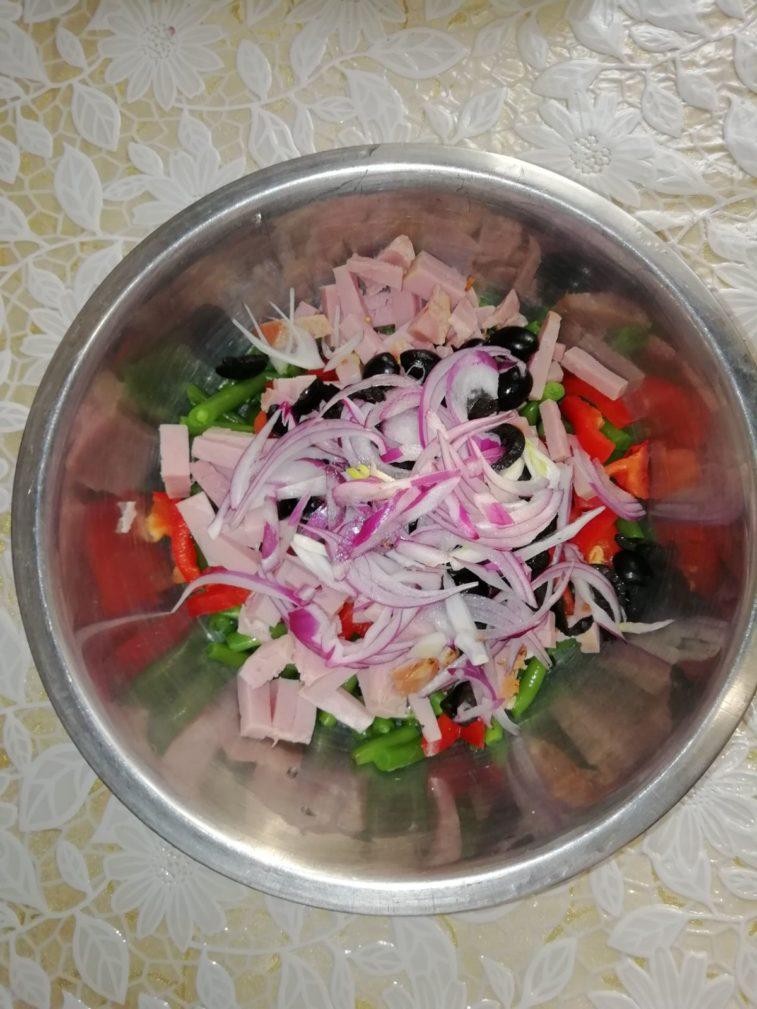 Фото рецепта - Салат из спаржевой фасоли с болгарским перцем и ветчиной - шаг 4