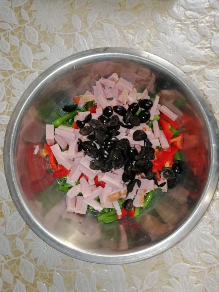 Фото рецепта - Салат из спаржевой фасоли с болгарским перцем и ветчиной - шаг 3