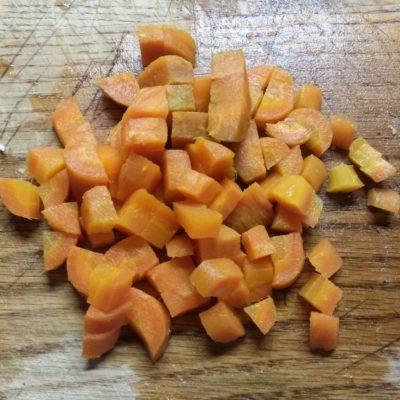 Фото рецепта - Салат с булгуром, креветками, консервированным горошком и морковью - шаг 5