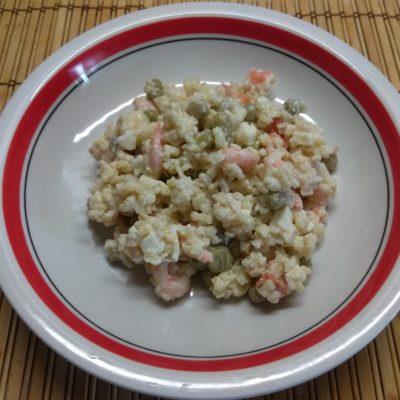 Салат с булгуром, креветками, консервированным горошком и морковью - рецепт с фото