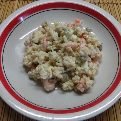 Фото рецепта - Салат с булгуром, креветками, консервированным горошком и морковью - шаг 6
