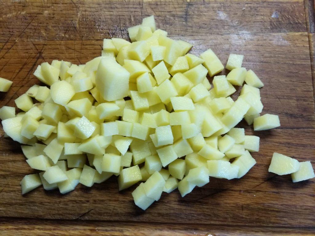 Фото рецепта - Суп с консервированным горошком и килькой в томатном соусе - шаг 1