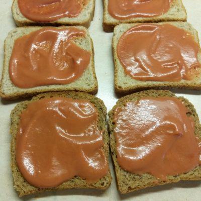 Фото рецепта - Сэндвичи с маринованным луком, салями и сыром Эдам - шаг 3