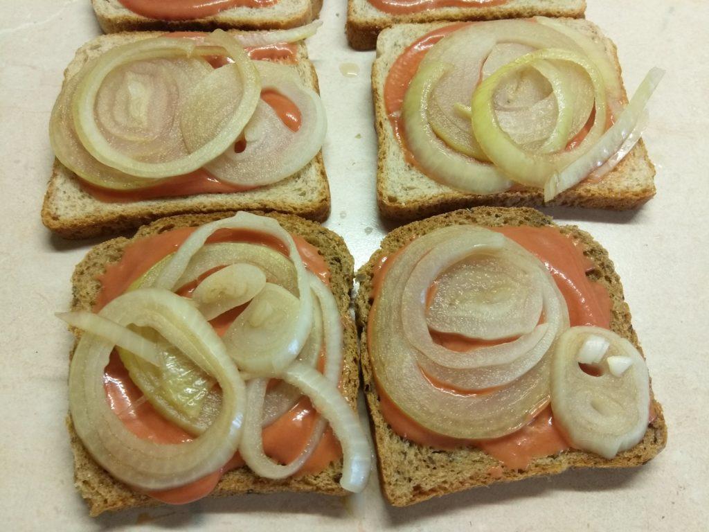 Фото рецепта - Сэндвичи с маринованным луком, салями и сыром Эдам - шаг 4