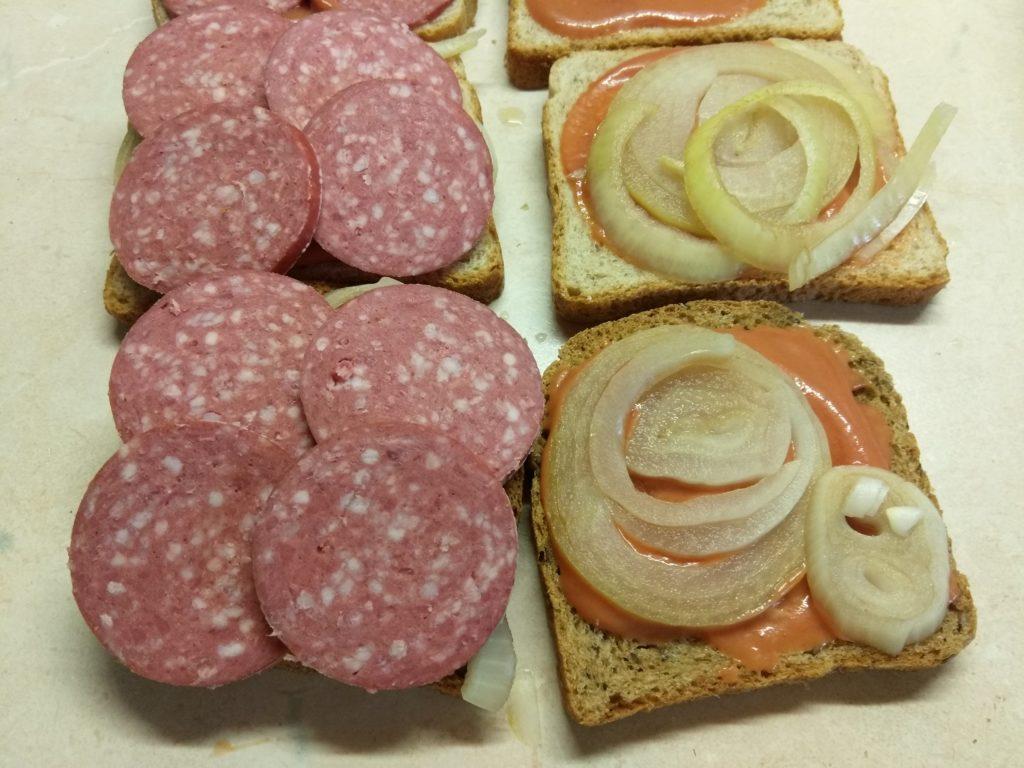 Фото рецепта - Сэндвичи с маринованным луком, салями и сыром Эдам - шаг 5