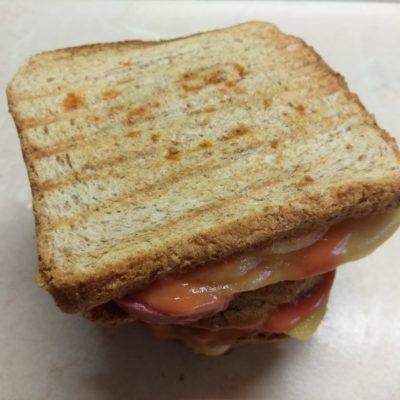 Фото рецепта - Сэндвичи с маринованным луком, салями и сыром Эдам - шаг 6